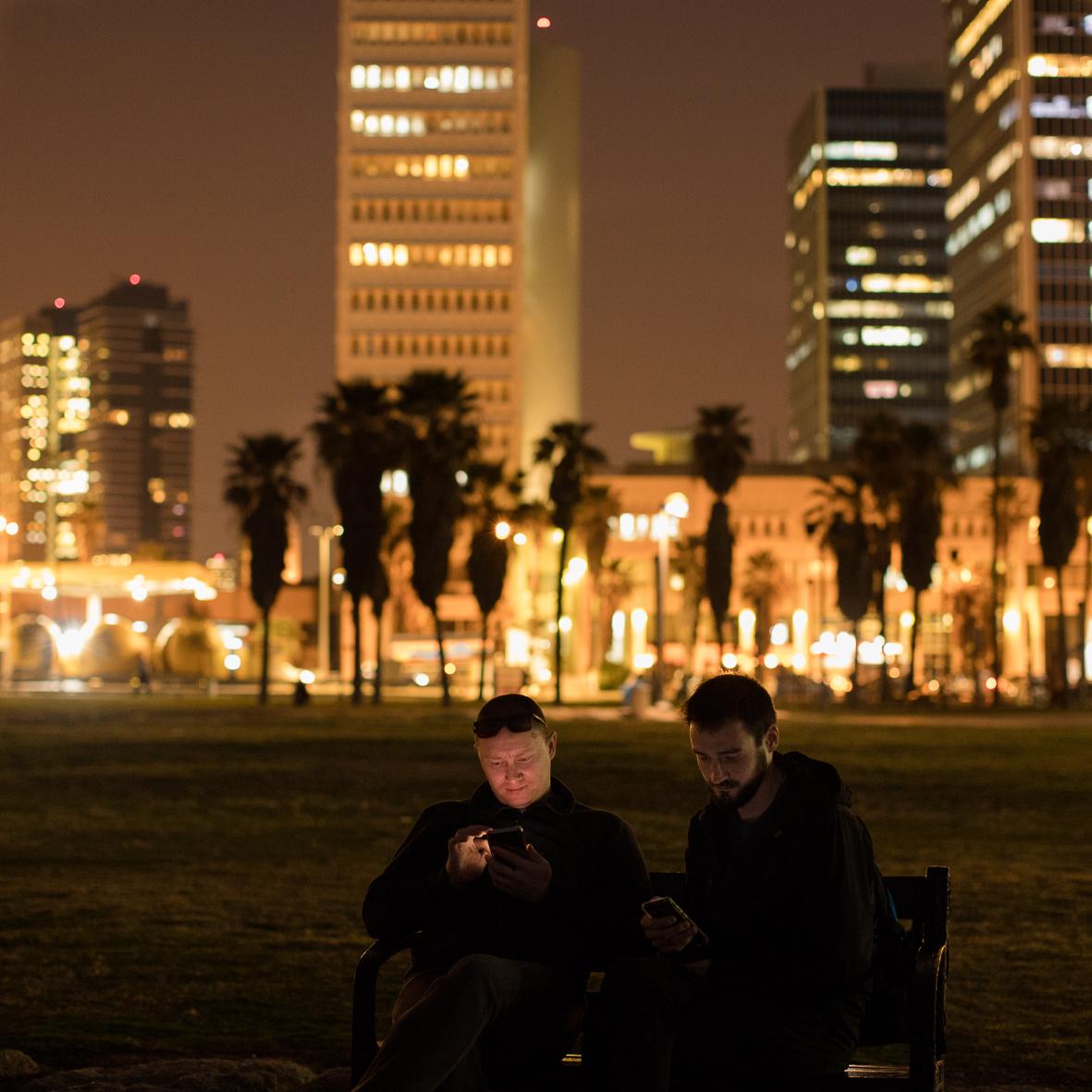 Auf Telefone starrende Männer, Tel Aviv