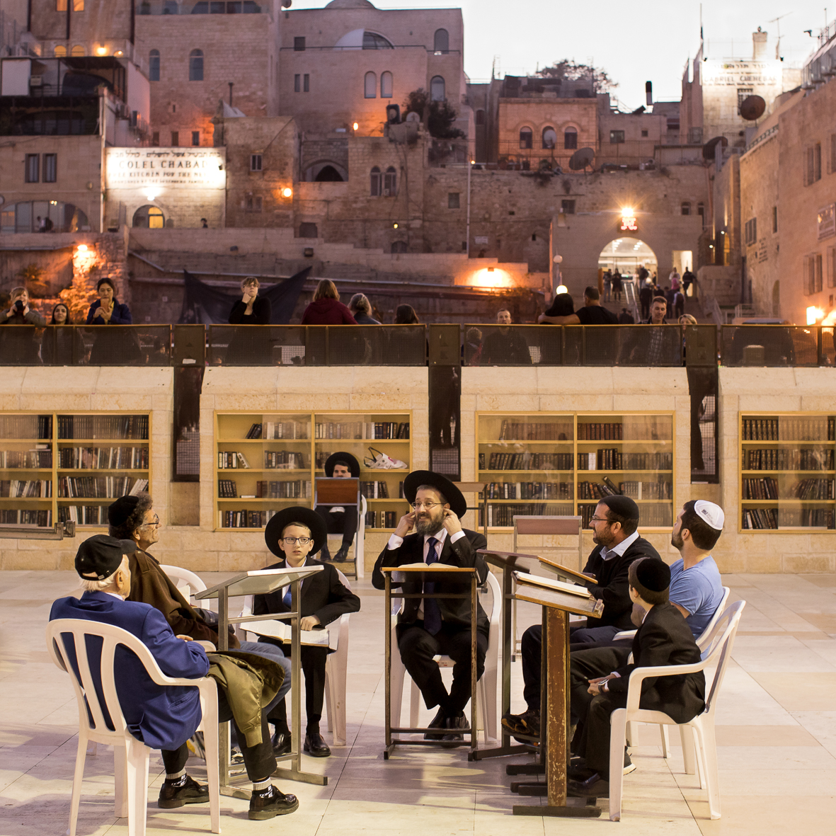 Ein Rabbi lehrt an der Klagemauer 1