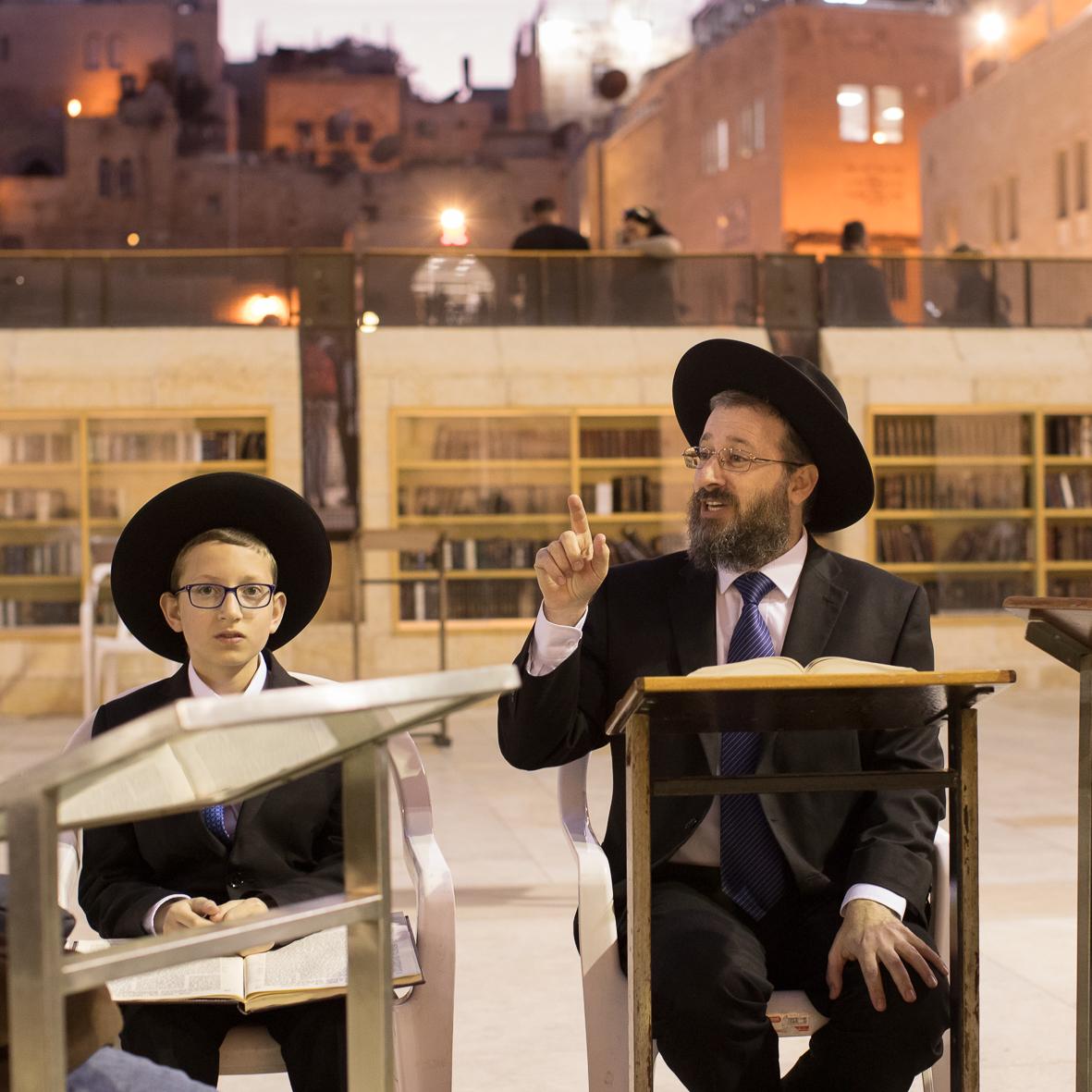 Ein Rabbi lehrt an der Klagemauer 2
